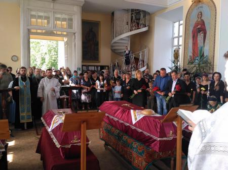 В Свято-Духовском кафедральном соборе Херсона состоялось отпевание семьи, погибшей при пожаре